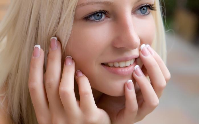 Девушка с красиво подпилеными  ногтями