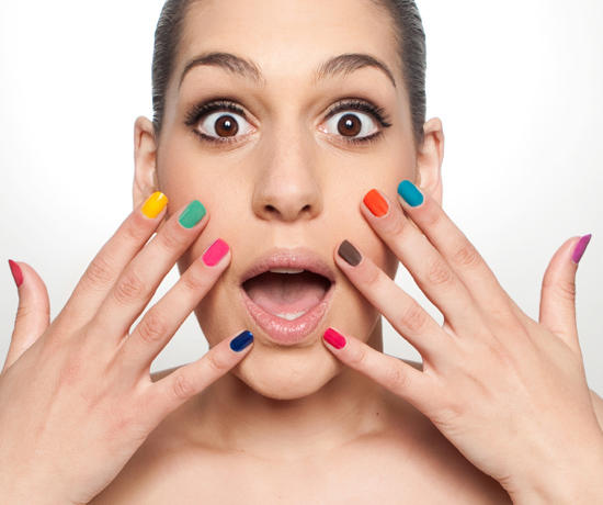 Девушка с гель-лаком разных цветов на ногтях