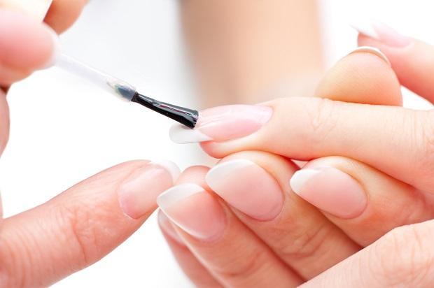 изображения нанесения биогеля на ногтевые пластины