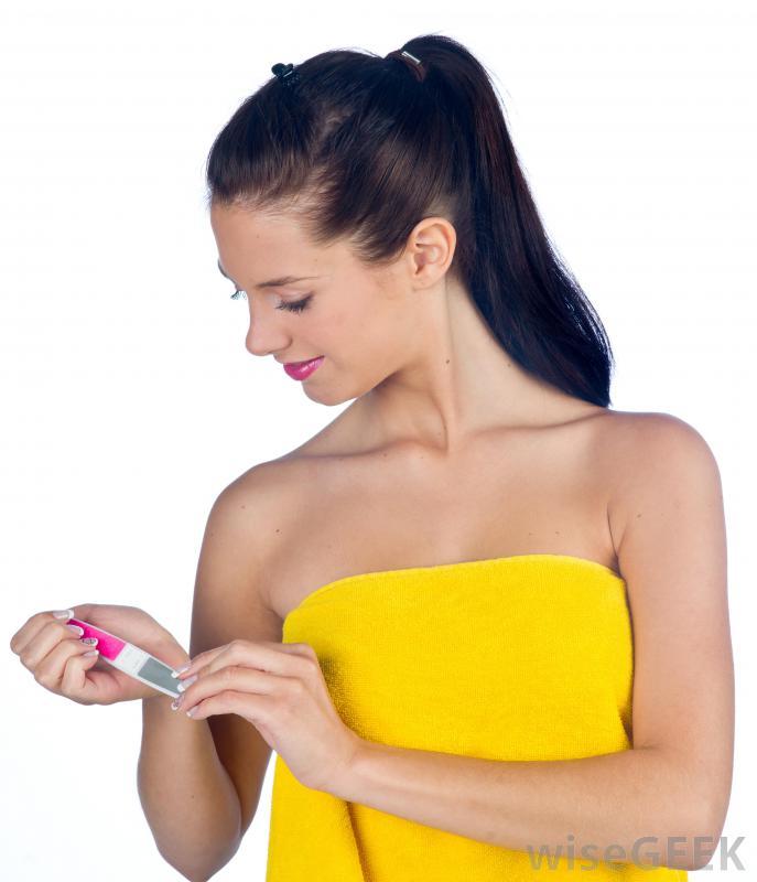 Девушка проверяет пилку для ногтей