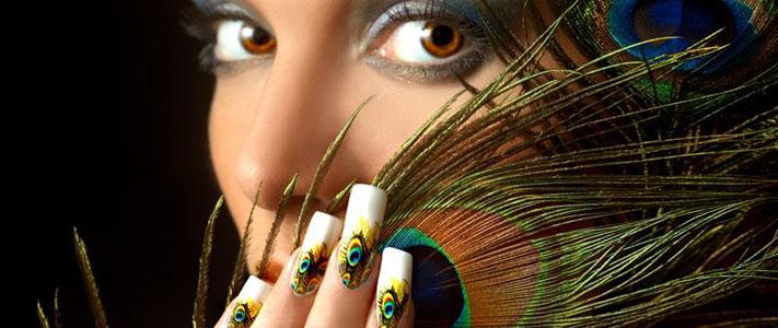 """Девушка с дизайном ногтей """"павлиньи перья"""""""