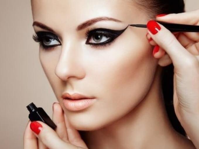 фото - девушка с красивыми стрелками на глазах