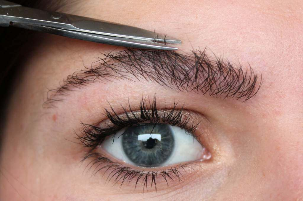 Как подстричь длинные брови