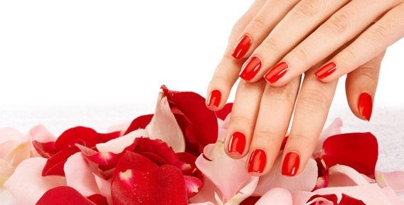 Красный гель-лак на ногтях перед снятием