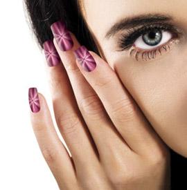 Девушка с маникюром кошачий глаз