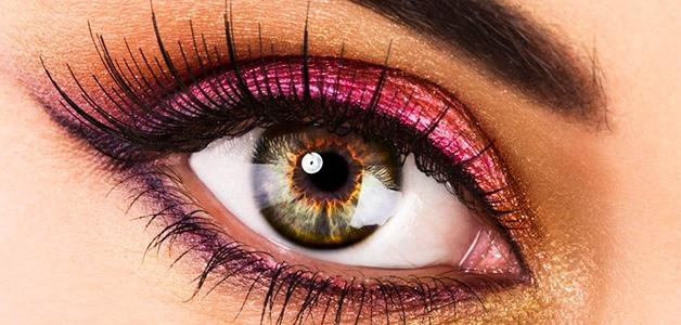 Яркий розовый карандаш для глаз на веках