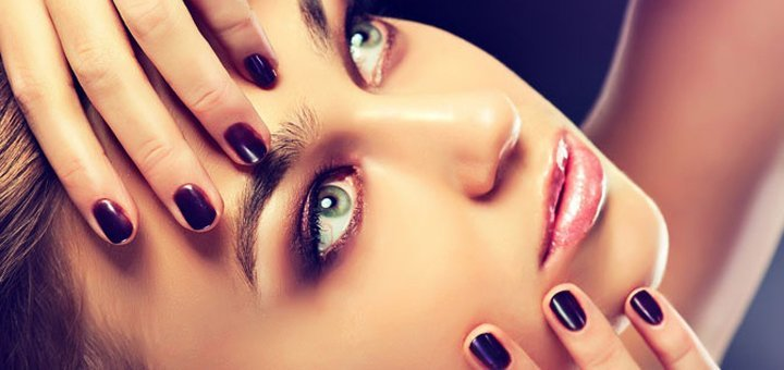 Красивая девушка с черным гель-лаком и глянцевым топом на ногтях