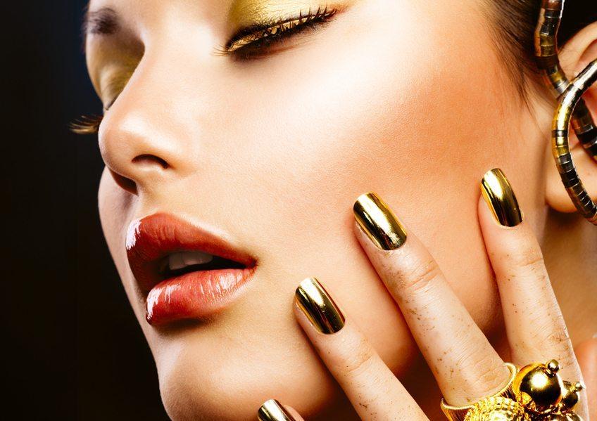 Зеркальный дизайн ногтей в золоте