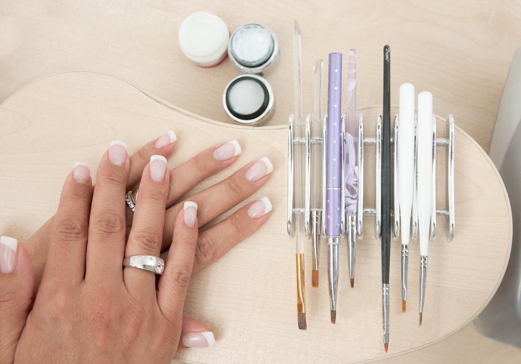 изображения необходимых инструменов для урепления ногтей акрилами